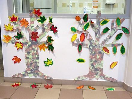 Les arbres des grands, et leurs feuilles à l\u0027encre fort colorées.